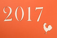 2017 på orange bakgrund År av hanen Arkivbild
