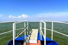 På pilbågen av havet och himlen Arkivbild