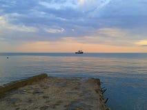 På pir seascape på solnedgången Royaltyfri Bild