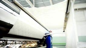 På plaggfabriken vävas en vit linne för stoppning av möblemang stock video