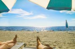 På semestern som kopplar av på en strand Royaltyfria Foton