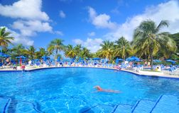På simbassängen Royaltyfri Bild