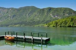 På sjön Bohinj i den Triglav nationalparken Slovenien royaltyfri bild