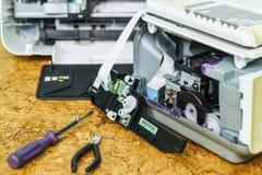 På skrivbordet är demonteraa utrustning och hjälpmedel för reparation royaltyfri foto