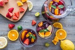 På skrivbordet bär frukt och dricker Royaltyfri Bild