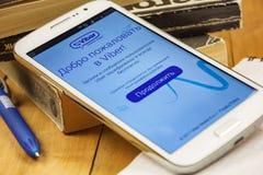 På smartphoneskärmen ser du inbjudansidan i den Viber applikationen Arkivfoton