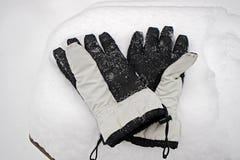 På snödrivan som de kastade vita handskar med svart, gömma i handflatan, arbetar`-handskar Fotografering för Bildbyråer