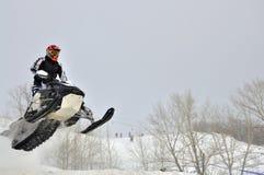 På snowmobile flyger ryttaren från sidan Royaltyfri Foto