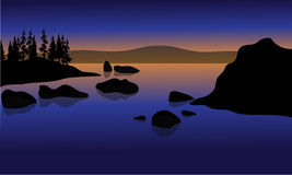 På solnedgången i strand med vagga konturn Royaltyfri Bild