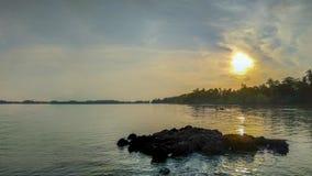 På solnedgångtid på den tropiska paradisöstranden arkivbilder
