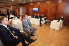 På St Petersburg det internationella ekonomiska forumet besökare, gäster och deltagare av forumet Arkivbilder