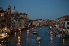 På staden för storslagen kanal för skymning och för basilikade Santa Maria della Salute av Venedig Italien, gammal domkyrka royaltyfria foton