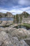 På stenblocken av Sylvan Lake fotografering för bildbyråer
