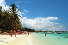 På stranden av Trou hjälpBiches, Mauritius Royaltyfri Bild
