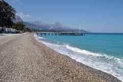 På stranden av turkoshavet Fotografering för Bildbyråer
