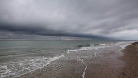 På stranden i Skagen efter hällregn stock video
