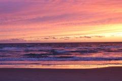 På stranden kort efter solnedgång Arkivfoton