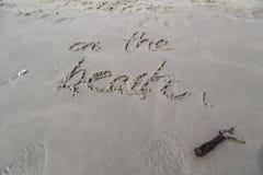 På strandhandstilen på sanden i den Huahin stranden Thailand Royaltyfria Bilder