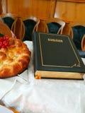på tabellen är bibeln och brödet arkivfoton