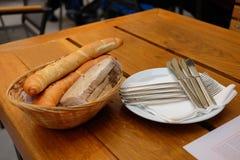 På tabellen är en korg av bröd Royaltyfri Fotografi