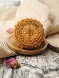 På tabellen av mitt- Autumn Festival bakar ihop månen, nya läckra kinesiska traditionella festivaler arkivbild
