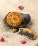 På tabellen av mitt- Autumn Festival bakar ihop månen, nya läckra kinesiska traditionella festivaler arkivfoton