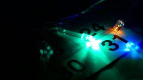 På tabellen det nya årets är den December kalendern, och ljusen för det nya året bränner runt om datumet av December 31 stock video