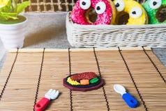 På tabellen med mat dekorerade dekorerade leksaker med sötsaker och med en gullig väg Arkivfoton
