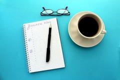 På tabellen per koppen av ögonblickligt kaffe och ett par av exponeringsglas fotografering för bildbyråer