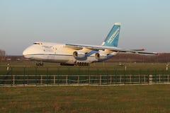 An-124 på Taxiway Arkivbild