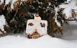 På trät på en kant där bor vintern i en izba (huset) Arkivfoto