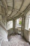 På trappan av chateauen Blois arkivfoton