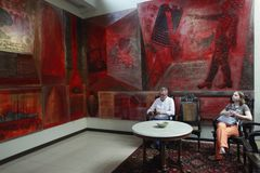 På uppehållet av konstnären House Nasirun, tjänas som gäster en jätte- målning på skärm Fotografering för Bildbyråer