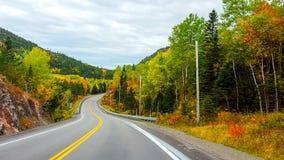 På vägen färgar hösten, Tadoussac Quebec Royaltyfria Bilder