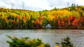 På vägen färgar stilsorten av sjön, höst, Tadoussac Quebec Royaltyfria Bilder