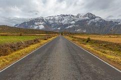 På vägen i de Anderna bergen Peru royaltyfria foton