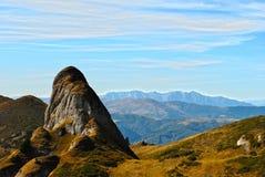 På vägen till det Ciucas berget Arkivbild