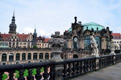 På väggarna av Dresdenen Zwinger arkivfoton
