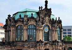På väggarna av Dresdenen Zwinger royaltyfri fotografi