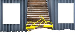 På väggarna av garage häng vita sköldar, mellan vilket står en cykel och blockerar ingången till trappan royaltyfri foto