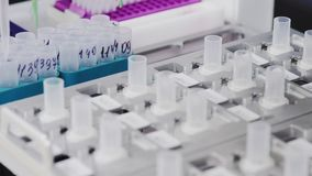 På vårdcentralen i labbet utför roboten automatiskt analysen för att bestämma cancer- celler i lager videofilmer