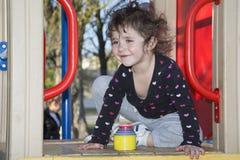 På våren av lekplatsen är en att le liten flicka Royaltyfria Foton