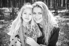 På våren i den lyckliga modern och dottern för skog, flickan arkivbilder