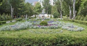 På våren parkerar Gorky medborgare går och vilar Royaltyfria Bilder
