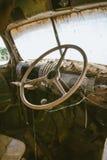 Rostade gammala åker lastbil styrningen rullar med spindelrengöringsduk Arkivfoto