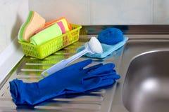 På vasken i köket är färgrika och nödvändiga objekt för tvätt och att göra ren royaltyfria bilder