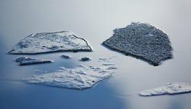 Is på vatten arkivbild