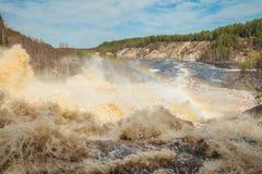 På vattenfallet Girvas, Karelia Ryssland Vår Arkivfoton