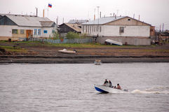 By på vildmark Ryssland för Kolyma flodkust Arkivfoton