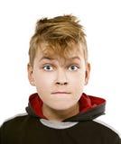 På vit roliga pojkes för bakgrund framsida med blåa ögon Arkivfoton